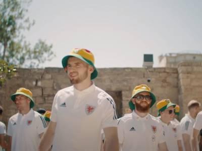 Члены сборной Уэльса по футболу прогулялись по улицам Баку (ВИДЕО)