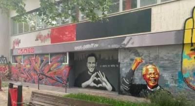 В Женеве накануне встречи Байдена с Путиным появилось граффити с Навальным