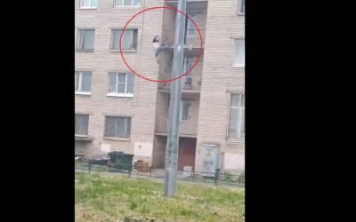 Петербуржец спас женщину от падения с третьего этажа
