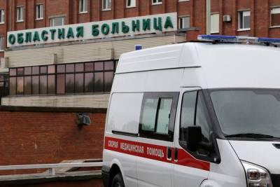 Девушку увезли на скорой после падения плитки в центре Петербурга