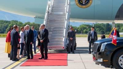 Куда запропастилась? Джо Байден прилетел в Женеву без своей супруги