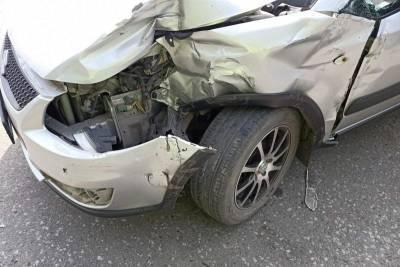 В Кургане пожилая автомобилистка не пропустила автобус и попала в аварию
