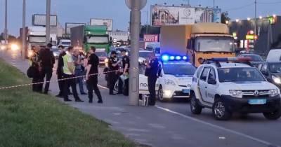 Смертельное ДТП в Киеве: пьяный пешеход толкнул велосипедиста под грузовик (видео)