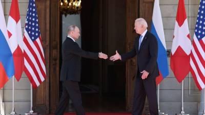 Историческое рукопожатие: Путин и Байден перед началом саммита в Женеве — видео