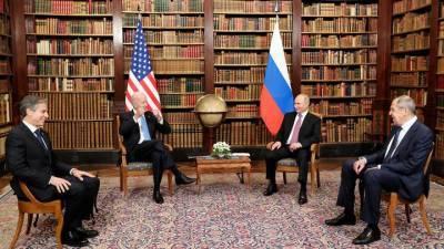 Психолог объяснила неуверенностью позу Байдена на встрече с Путиным