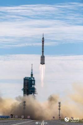 Китай запустил космонавтов к своей орбитальной станции