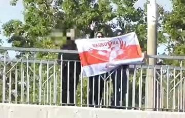 Жители Чижовки вышли на яркую акцию с бело-красно-белым флагом