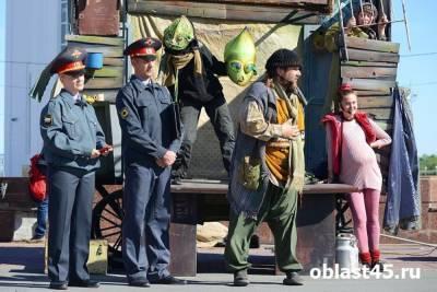 В Кургане на Троицкой площади показали спектакль о кыштымском инопланетянине Алешеньке