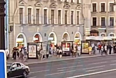 Несколько человек чуть не пришибло лепниной на Невском проспекте