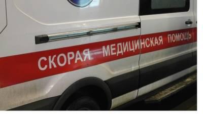В Петербурге госпитализировали девушку после падения с третьего этажа