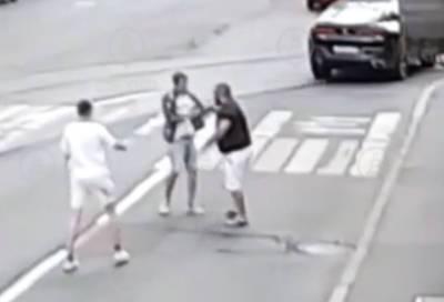 Водитель BMW устроил потасовку с пешеходами на улице Чапаева