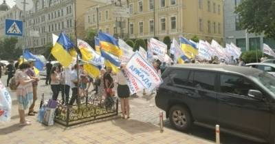 "Вкладчики банка ""Аркада"" перекрыли улицу в центре Киева (ФОТО, ВИДЕО)"