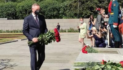"""Беглов возложил цветы к монументу """"Мать-родина"""" в День памяти и скорби"""
