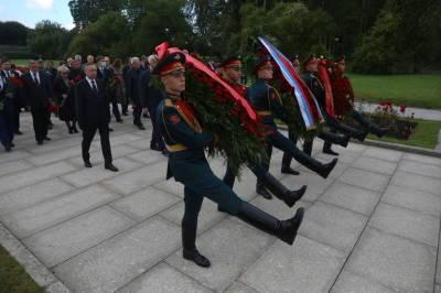Память погибших в Великую Отечественную войну почтили на Пискаревском кладбище