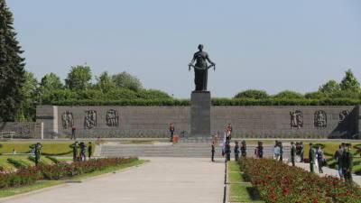 На Пискарёвском кладбище в Петербурге прошла церемония в честь Дня памяти и скорби