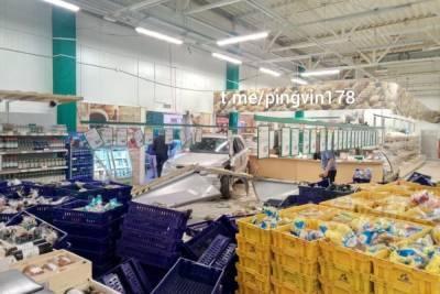 Иномарка влетела в гипермаркет на юге Петербурга, есть пострадавший