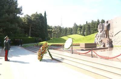 Руководство минобороны Азербайджана посетило Аллею почетного захоронения и Аллею шехидов в Баку (ФОТО)