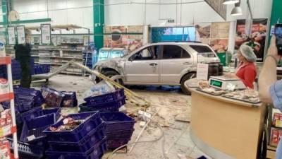 Прямо по ногам: внедорожник влетел в гипермаркет на юге Петербурга — видео