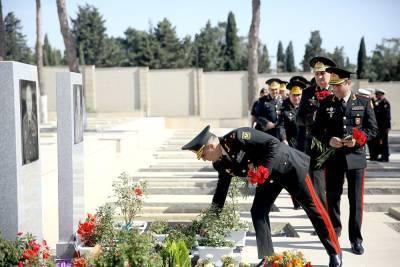 Личный состав Минобороны Азербайджана посетил Вторую Аллею почетного захоронения (ФОТО)