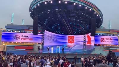 Александр Беглов поздравил выпускников на Дворцовой площади