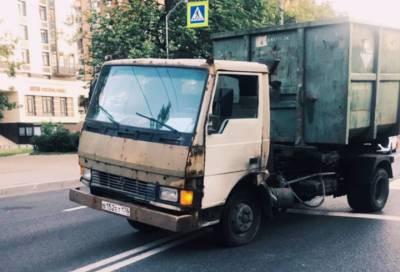 Видео: мужчина выбежал под грузовик в Московском районе Петербурга