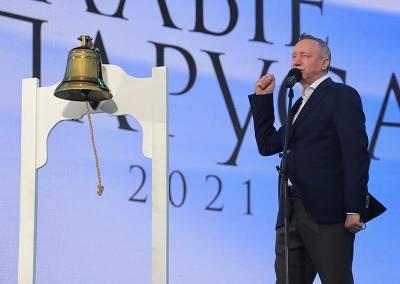 Губернатор Петербурга сломал рынду, собрав тысячи выпускников на праздник в разгар третьей волны «ковида»