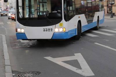 Автобусы сменили маршрут в Красногвардейском районе Петербурга из-за провалившегося асфальта