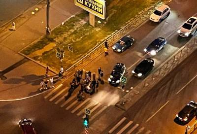 Мотоциклиста увезли на «скорой» после ДТП в Приморском районе Петербурга