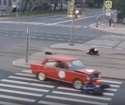 В Петербурге мотоциклист на большой скорости влетел в «копейку» — видео