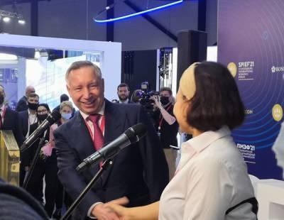 Александр Беглов пришел на ПМЭФ с двумя охранниками и отказался говорить с журналистами