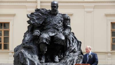 Путин открыл памятник императору Александру III в Гатчине
