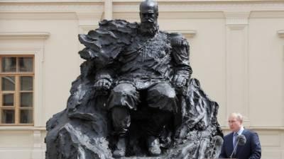 «Супер! Человек-скала»: Владимир Путин открыл памятник Александру III в Гатчине