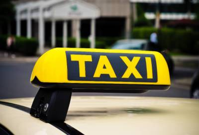 Целая семья попала в аварию с участием автомобиля такси в Петроградском районе