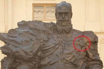На открытом в Гатчине памятнике Александру III заметили ошибку