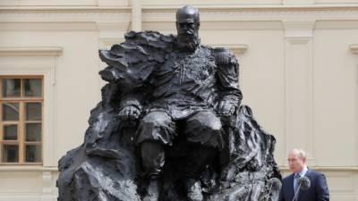 На памятнике Александру III, который открыл Путин, был неправильный орден