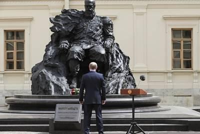 На открытом Путиным памятнике Александру III нашли неправильный орден