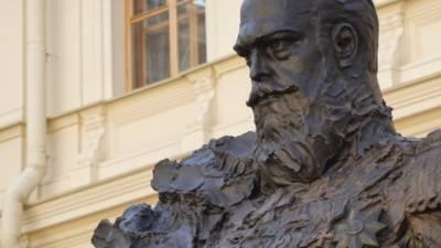 «Точно не фотошоп?»: скульпторы исправили ошибку с орденом на памятнике Александру III
