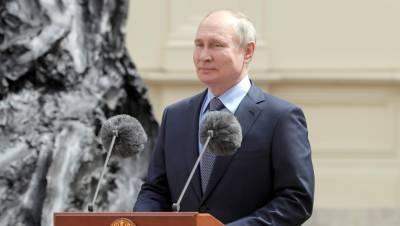 Ошибку на открытом Путиным памятнике в Гатчине исправили за сутки