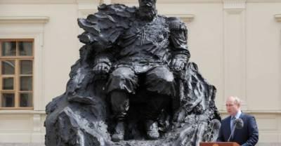 На новом памятнике Александру III исправили ошибку с орденом