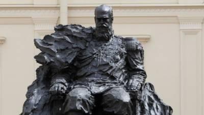 Скульптор за один день исправил случайную ошибку в памятнике Александру III
