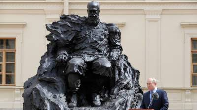 Скульптор устранил «техническую ошибку» на памятнике Александру III, который открывал Путин