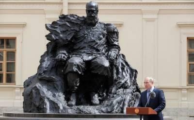 Перенервничали: на памятнике Александру III, который открыл Путин, заметили неправильный орден