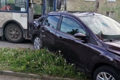 Троллейбус впечатал Ford в фонарный столб в Петрозаводске