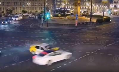 Tesla попала в аварию в центре Петербурга