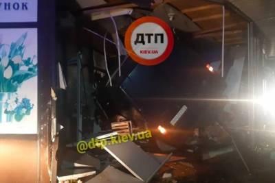 Под Киевом авто влетело в цветочный киоск