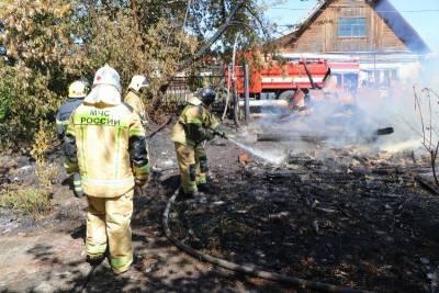 В Кургане пожарные остановили огонь перед жилыми домами