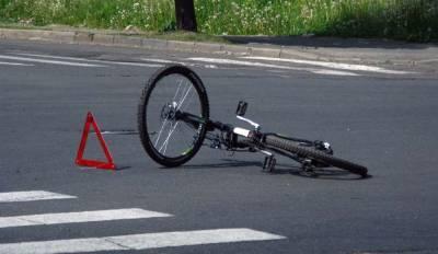 Момент столкновения велосипедиста и легковушки в Петербурге попал на видео