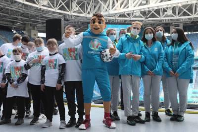 Около 300 петербургских волонтеров провакцинировали перед Евро-2020