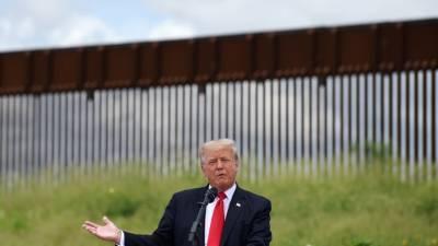 Трамп атаковал иммиграционную политику Байдена во время визита на южную границу