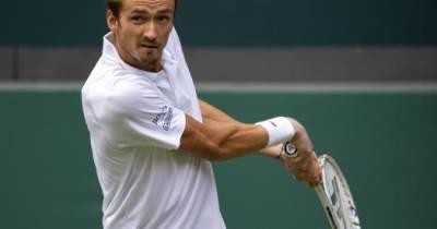 Медведев вышел в третий круг Уимблдона, обыграв Гарфию